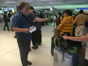 AAA sydney_refugee_activists_at_airport